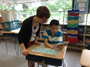 Williams Science Fellow helps elementary student with creating a movie presentation